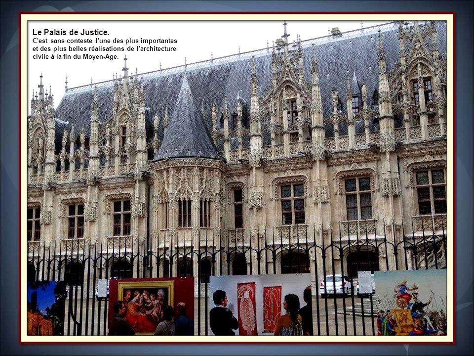 Le Gros-Horloge est l'un des monuments emblématiques de la ville de Rouen. Le Gros-Horloge fait lobjet dun classement au titre des monuments historiqu