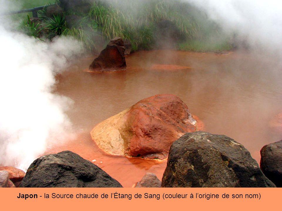 Japon - la Source chaude de lÉtang de Sang (couleur à lorigine de son nom)