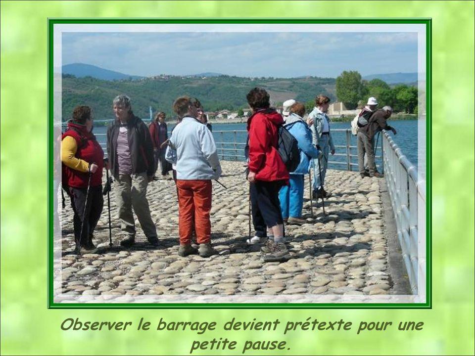Le barrage de St Pierre de Bœuf permet de garantir un niveau deau suffisant dans le canal de dérivation pour alimenter la centrale et lécluse de Sablo
