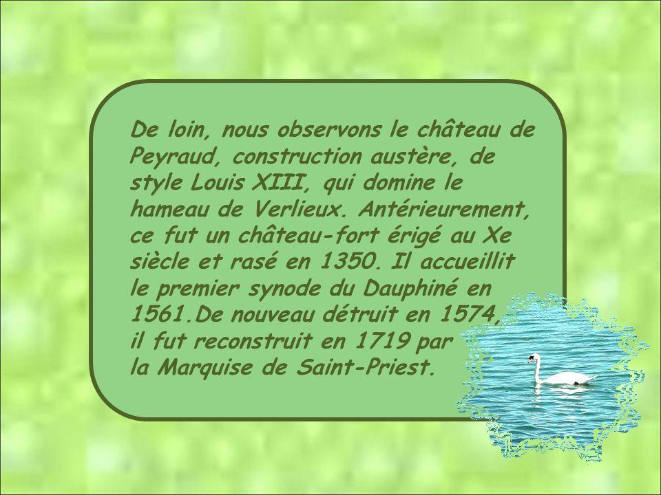 De loin, nous observons le château de Peyraud, construction austère, de style Louis XIII, qui domine le hameau de Verlieux.