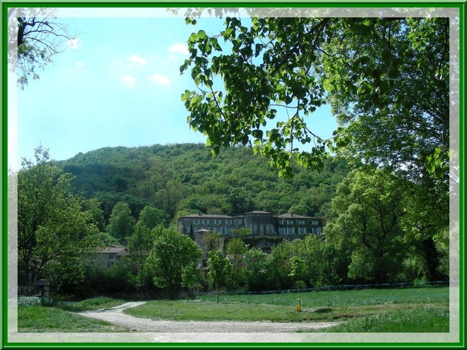 De loin, nous observons le château de Peyraud, construction austère, de style Louis XIII, qui domine le hameau de Verlieux. Antérieurement, ce fut un
