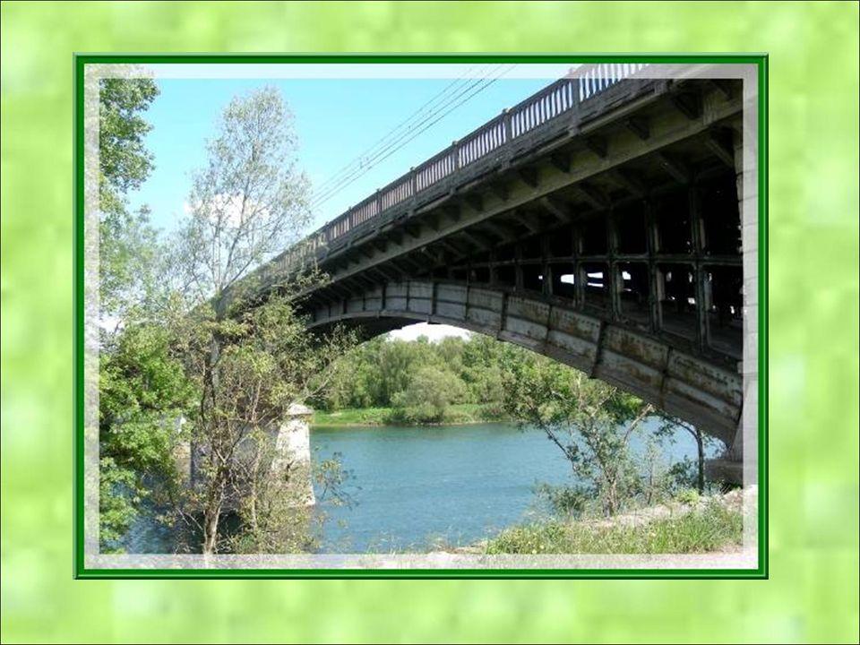 Le pont sur le Rhône est un pont de chemin de fer qui relie Peyraud à Saint-Rambert dAlbon. Erigé en 1868, il fut le seul de la région à ne pas être d