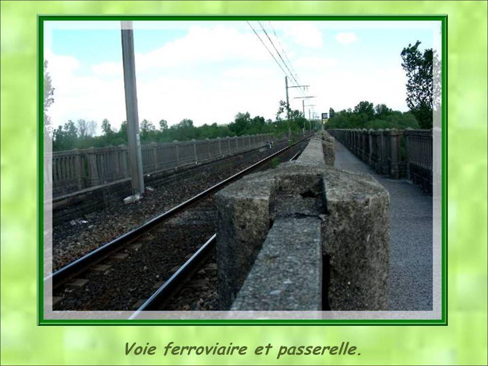 Voie ferroviaire et passerelle.