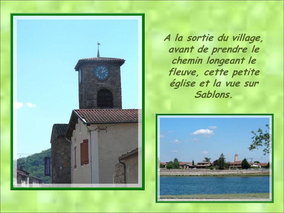 A la sortie du village, avant de prendre le chemin longeant le fleuve, cette petite église et la vue sur Sablons.