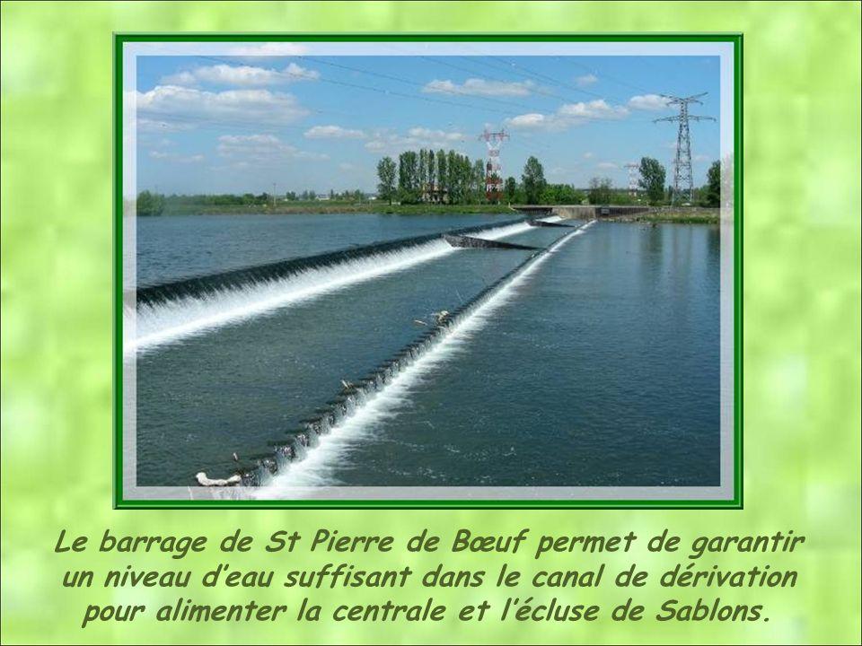 Le barrage de St Pierre de Bœuf permet de garantir un niveau deau suffisant dans le canal de dérivation pour alimenter la centrale et lécluse de Sablons.