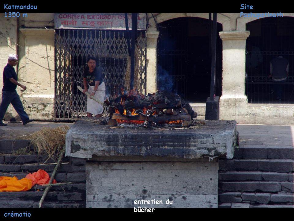 Katmandou 1350 m Allumage du bûcher Site Pashupatinath crématio n
