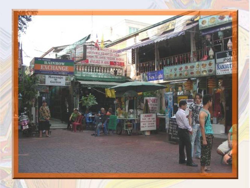 Le quartier que jaime parcourir, cest celui de Khao San Road où se donnent rendez-vous pour leurs achats, tous les routards qui découvrent Bangkok.