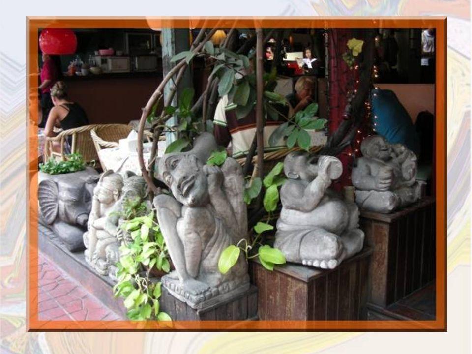 On peut y retrouver à la fois un autel pour les offrandes, une vendeuse dune ethnie du nord et un calme restaurant!