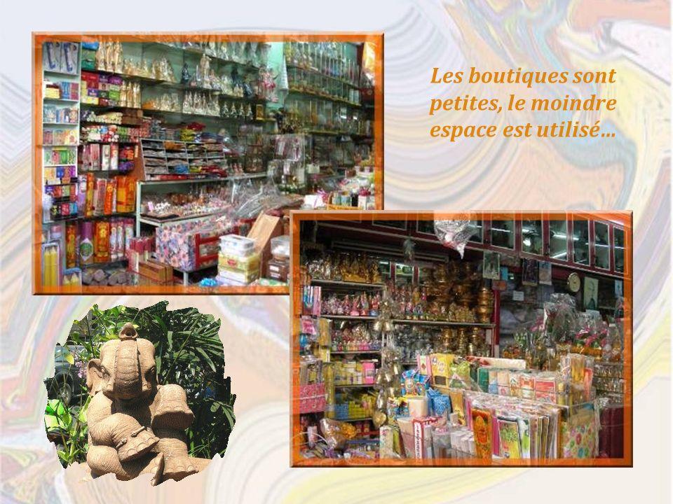 Les boutiques sont petites, le moindre espace est utilisé…