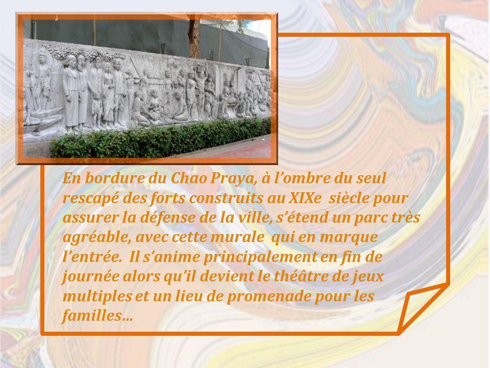 En bordure du Chao Praya, à lombre du seul rescapé des forts construits au XIXe siècle pour assurer la défense de la ville, sétend un parc très agréable, avec cette murale qui en marque lentrée.