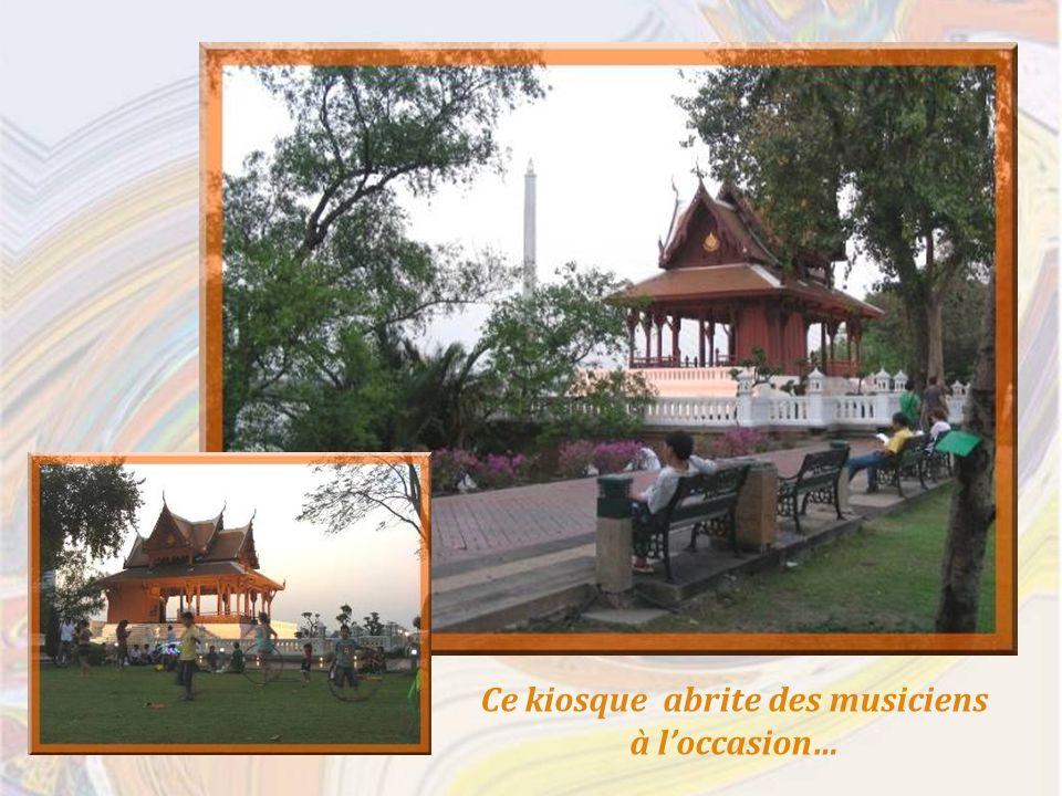 Ce kiosque abrite des musiciens à loccasion…