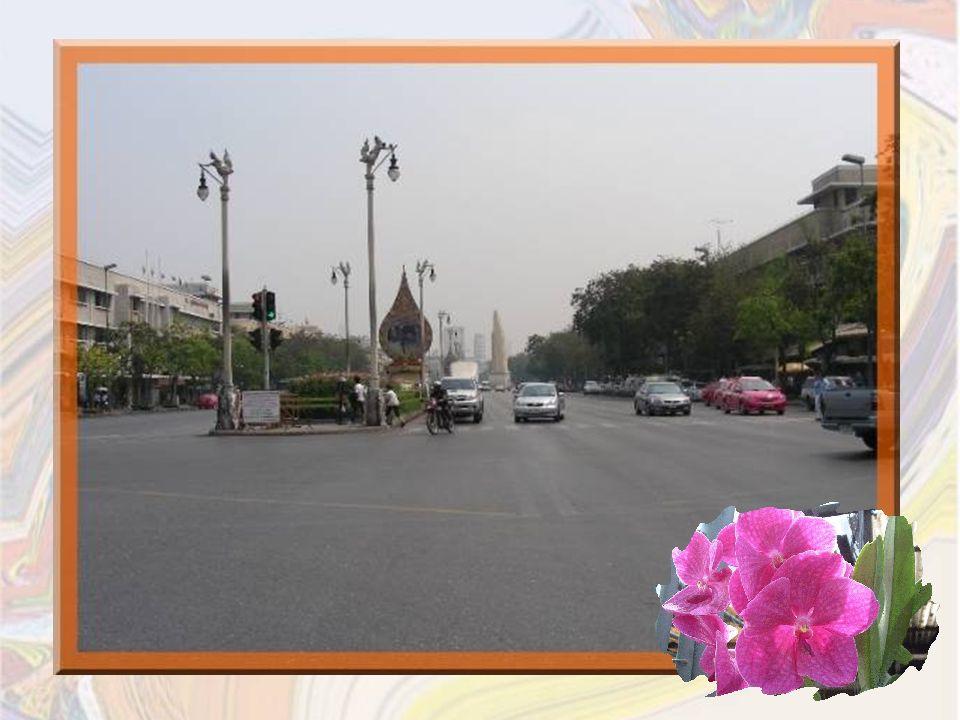 Il existe aussi de grandes et élégantes avenues comme Radjanem, les Champs-Elysées de la ville, qui conduit au rond-point dont le centre accueille le monument de la Constitution.