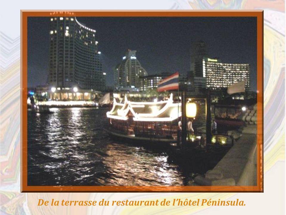 Enfin, un petit tour « By night » pour terminer avec mille feux cette promenade au hasard des rues de Bangkok, ignorant toutefois ses plus grandes attractions comme le Palais Royal et son temple du Bouddha dEmeraude, celui du Bouddha couché, etc.