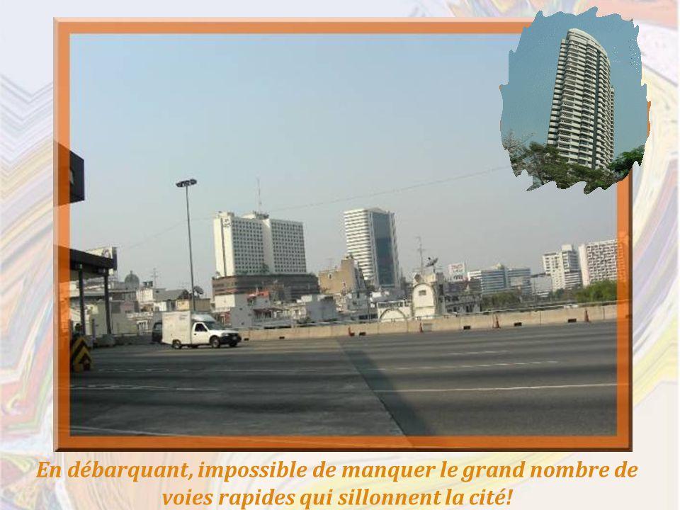 En débarquant, impossible de manquer le grand nombre de voies rapides qui sillonnent la cité!