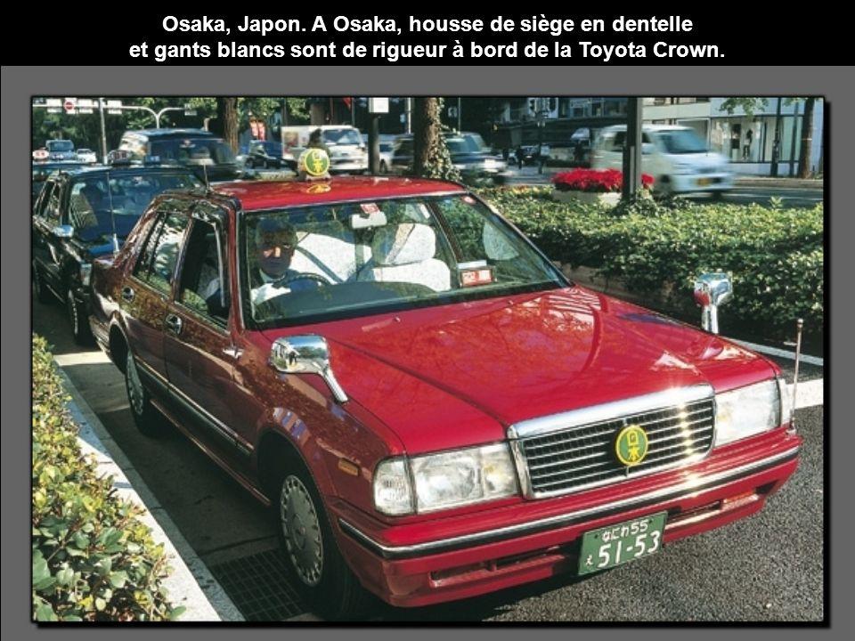 Osaka, Japon. A Osaka, housse de siège en dentelle et gants blancs sont de rigueur à bord de la Toyota Crown.