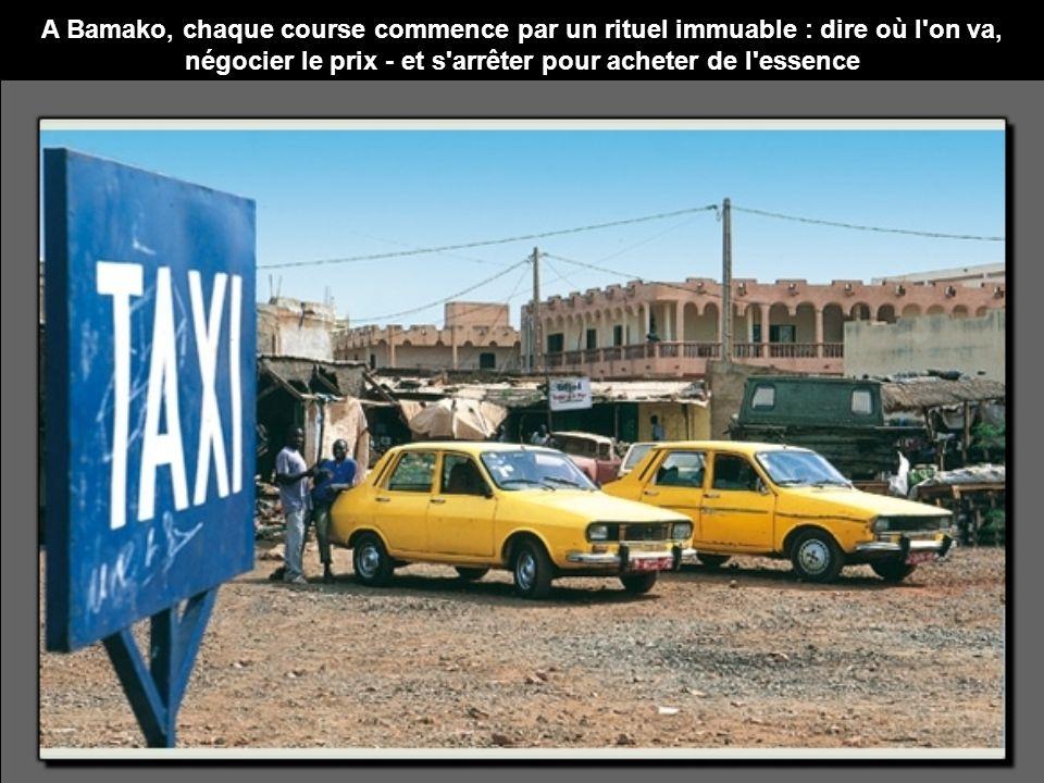 A Bamako, chaque course commence par un rituel immuable : dire où l'on va, négocier le prix - et s'arrêter pour acheter de l'essence