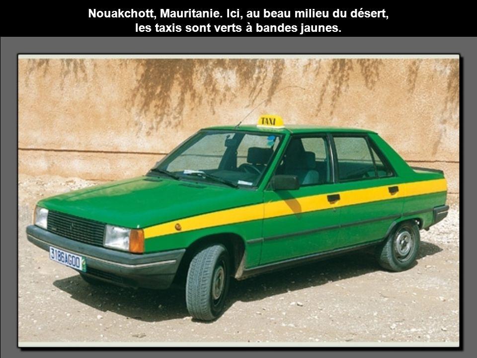 Nouakchott, Mauritanie. Ici, au beau milieu du désert, les taxis sont verts à bandes jaunes.