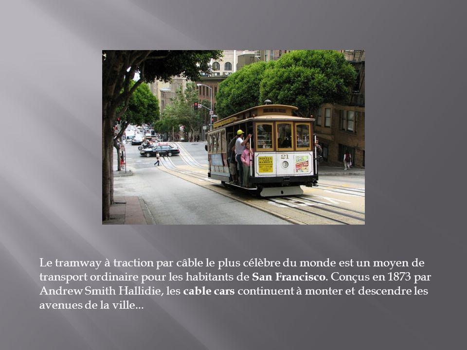 Le transport en commun le plus populaire du Panamá est cet autobus peint de couleurs vives, connu sous le nom de Diablo rojo.