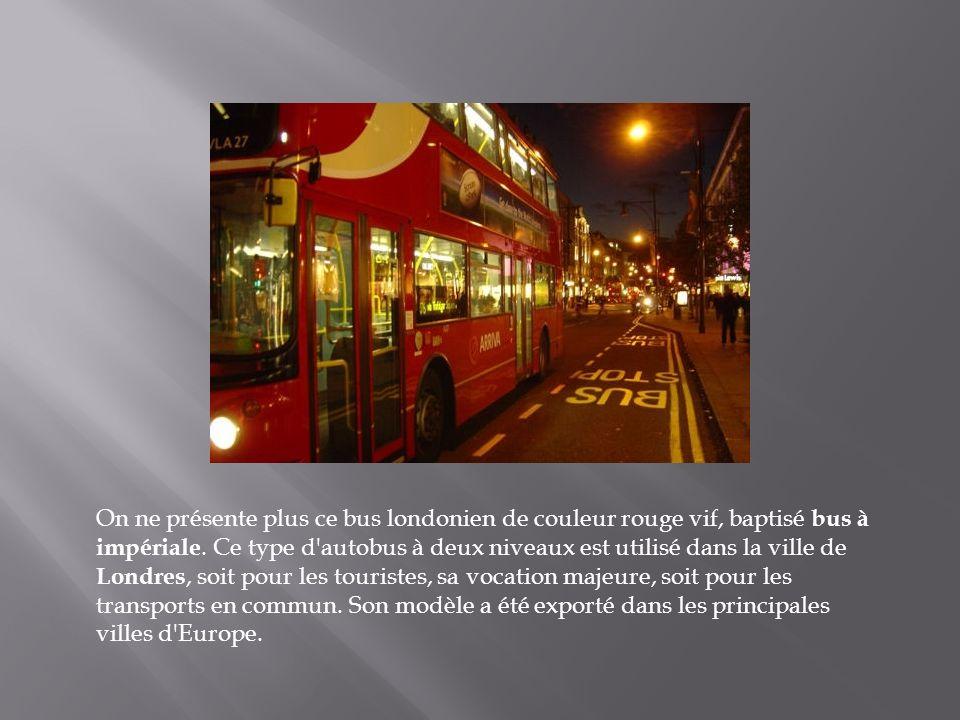 Tous les bus de Malte ont été peints en rouge avec des décorations très chatoyantes. C'est un vrai régal de voir ces couleurs dans la ville. En image,