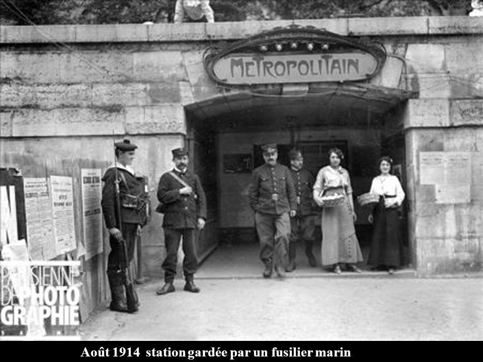 Voûte du métro défoncée par une bombe lancée dun Zeppelin pendant la guerre de 1914-1918