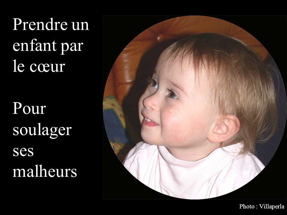 Sécher ses larmes en étouffant de joie Prendre un enfant dans ses bras. Photo : Villaperla