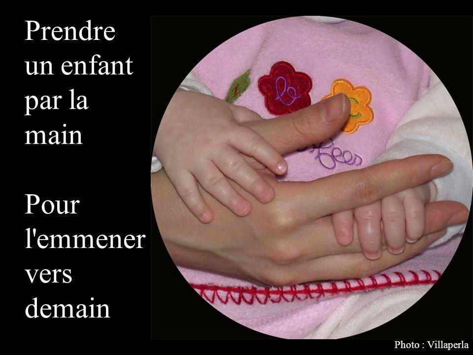 Prendre un enfant par la main Pour l emmener vers demain Photo : Villaperla