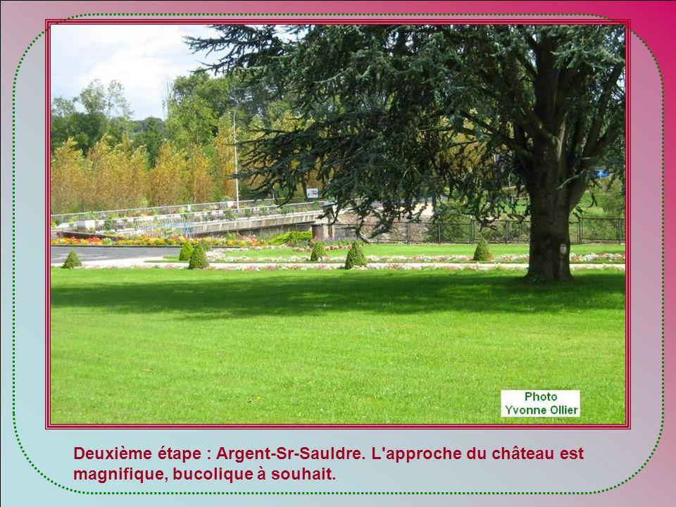 Ce château, situé aux limites des anciennes provinces de lOrléanais, de la Sologne et du Berry, à proximité de leurs forêts abondamment giboyeuses, ab