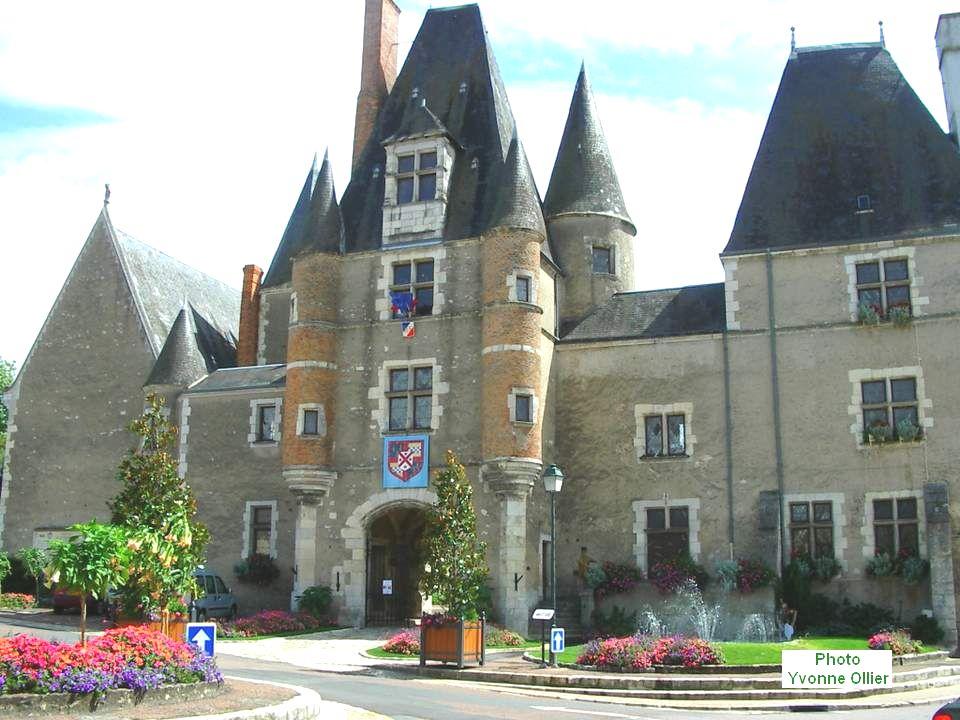 La construction actuelle date du XVIIIe siècle. En 1776, Dupré de Saint-Maur, intendant de la généralité de Bourges, fit transformer le château, et fi
