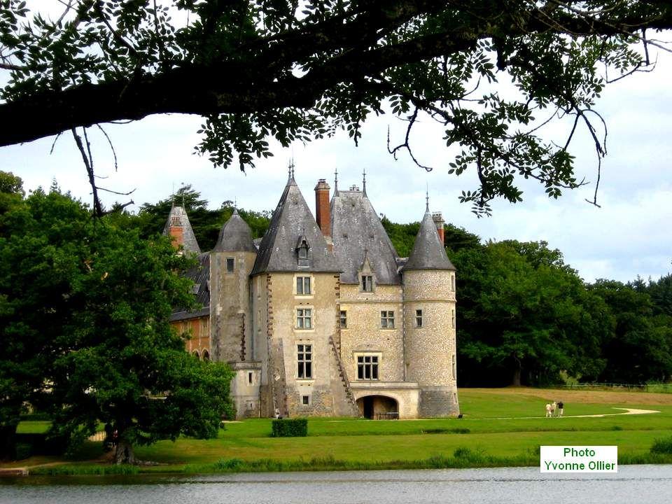 Une allée accueillante nous dévoile ensuite le château de la Verrerie.