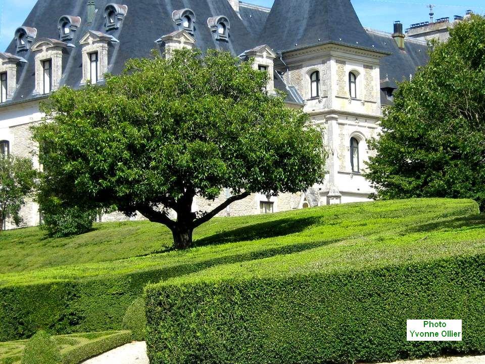 Le Château de la Chapelle d'Anguillon est meublé et habité. Cette Fondation Royale Albanaise, collection du XVIIIe siècle, unique en Europe vous accue