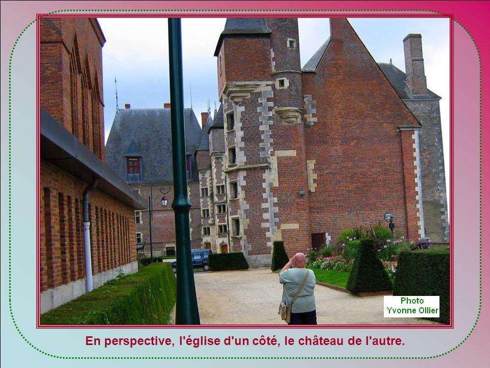 Premier arrêt : le château de Gien Ce château relève dune période de transition architecturale, où le château fortifié et défensif fait place au châte