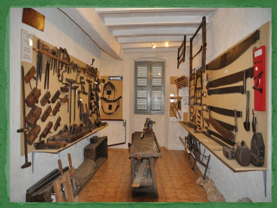 Létabli traditionnel au centre de la pièce, avec son volet et sa presse.