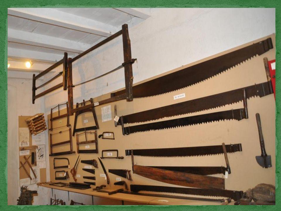 Les scieurs utilisent des scies spéciales telles que celles qui sont suspendues au plafond.