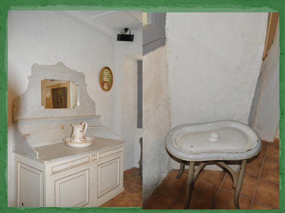 Voici une reconstitution dune pièce pour la toilette.