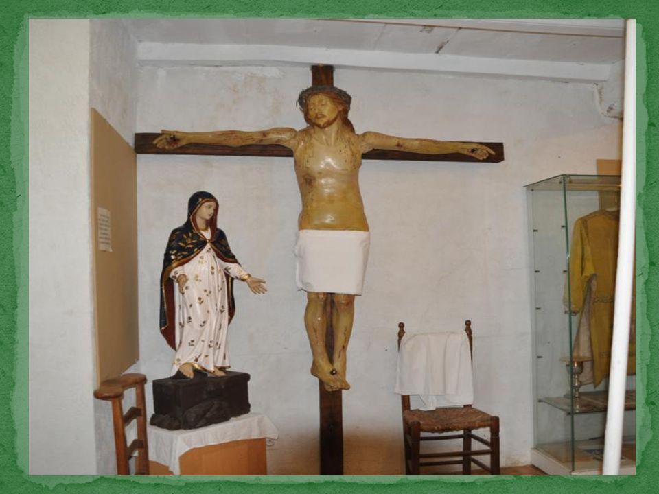 Un grand Christ présente la particularité davoir les épaules et les jambes articulées.