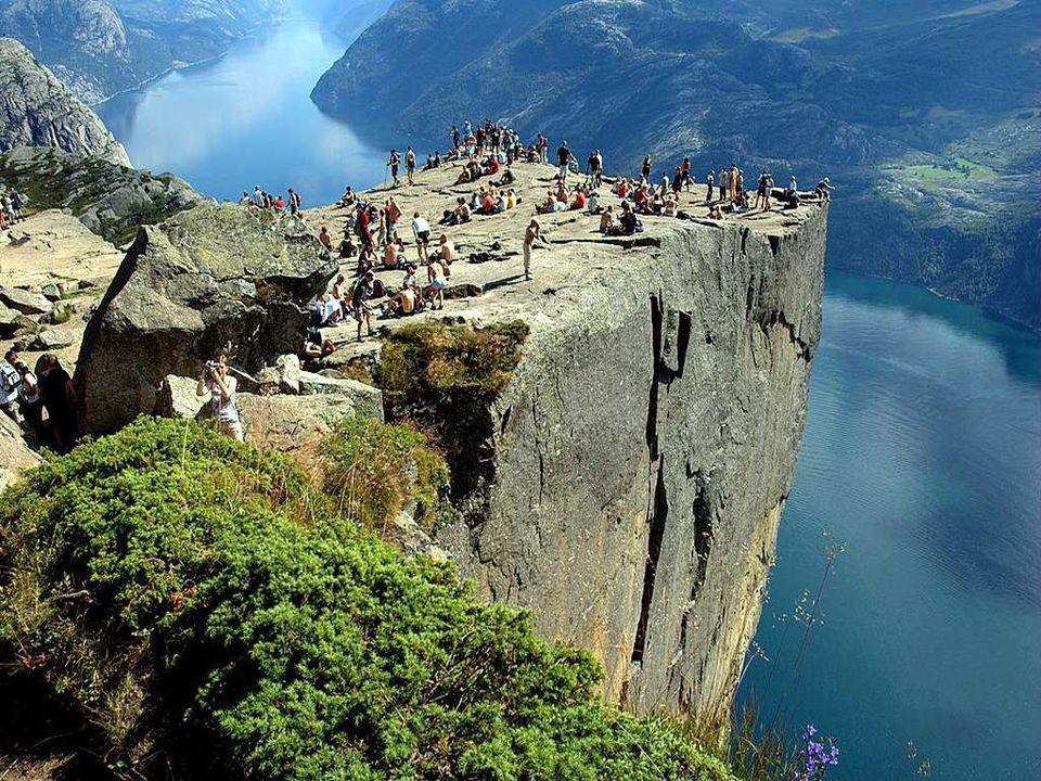 Preikestolen, ou simplement Le Pupitre, est une masse rocheuse qui sélève à 604 mètres au-dessus du fjord Lysefjorden en Norvège. Les fjords sont des