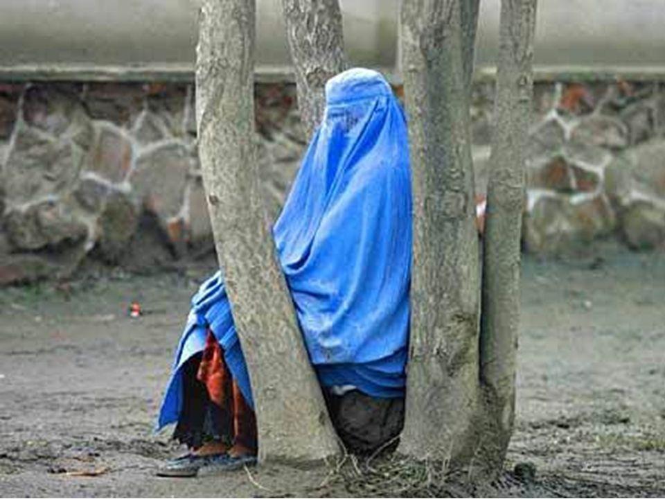 Las mujeres afganas tienen la prohibición de: pasear solas por la calle, trabajar, estudiar e incluso recibir asistencia médica salvo en hospitales de
