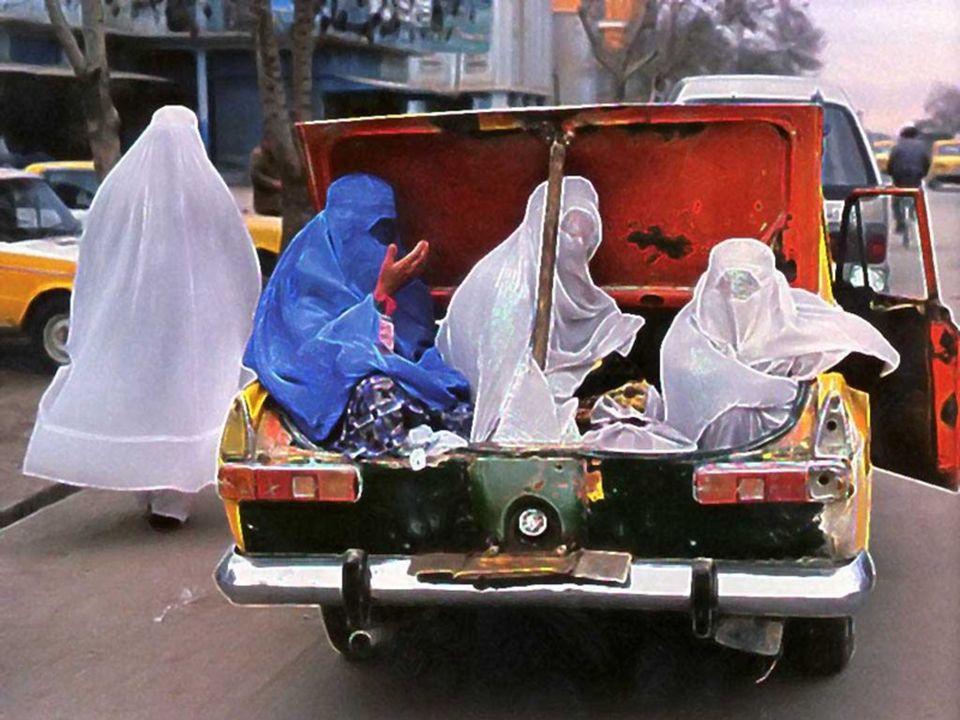 Las mujeres viajan en los maleteros de los taxis Les femmes voyagent dans les coffres des taxis.