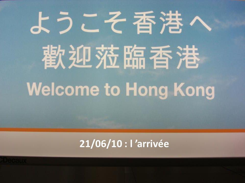 Il est 08h35 heure locale, nous arrivons à Hong Kong un peu décalés (+ 6h) Laéroport est gigantesque et situé sur une toute petite île.