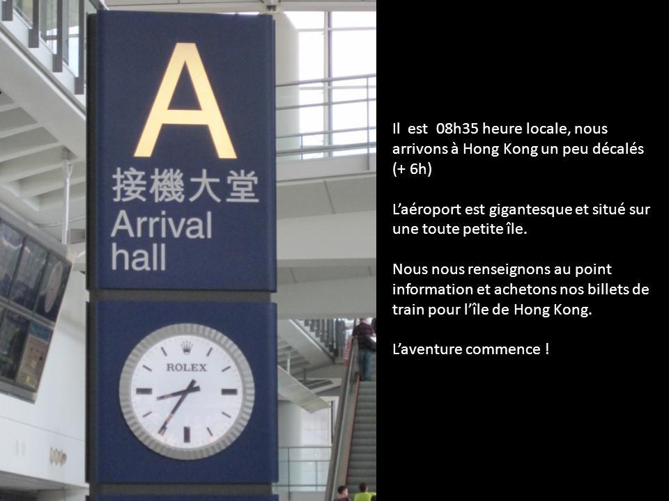 Il est 08h35 heure locale, nous arrivons à Hong Kong un peu décalés (+ 6h) Laéroport est gigantesque et situé sur une toute petite île. Nous nous rens