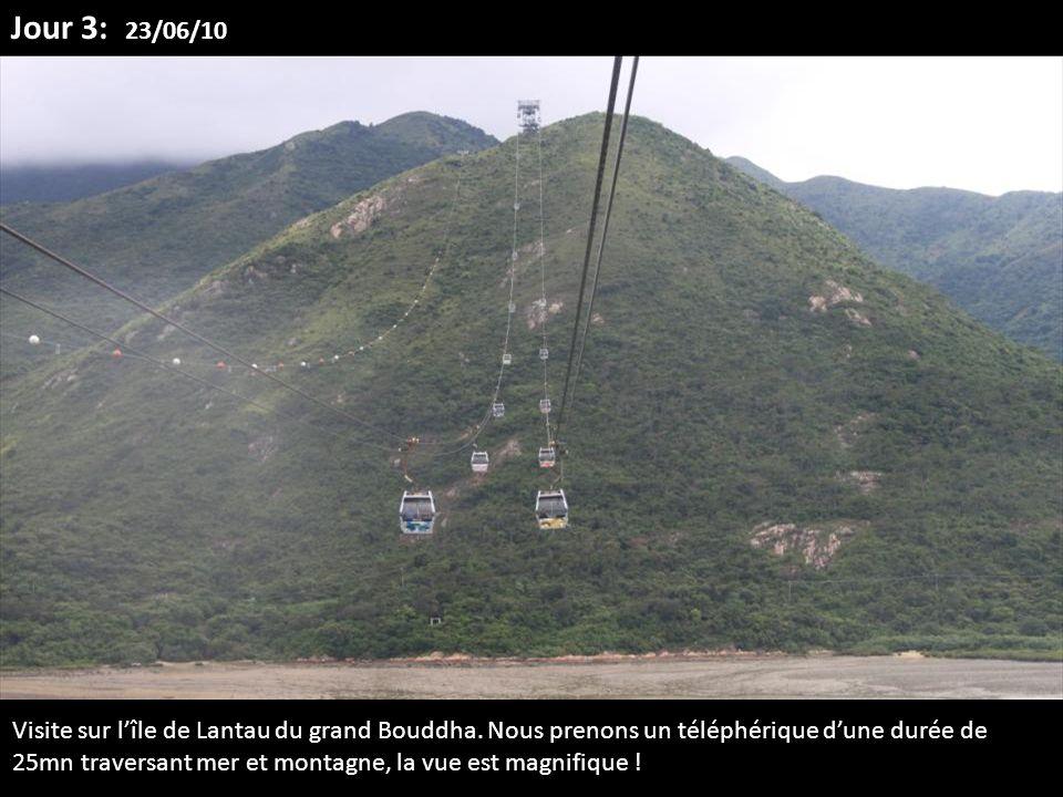 Visite sur lîle de Lantau du grand Bouddha. Nous prenons un téléphérique dune durée de 25mn traversant mer et montagne, la vue est magnifique ! Jour 3