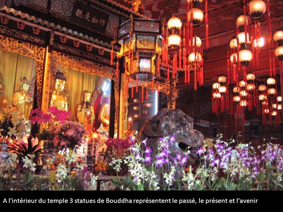 A l'intérieur du temple 3 statues de Bouddha représentent le passé, le présent et l'avenir