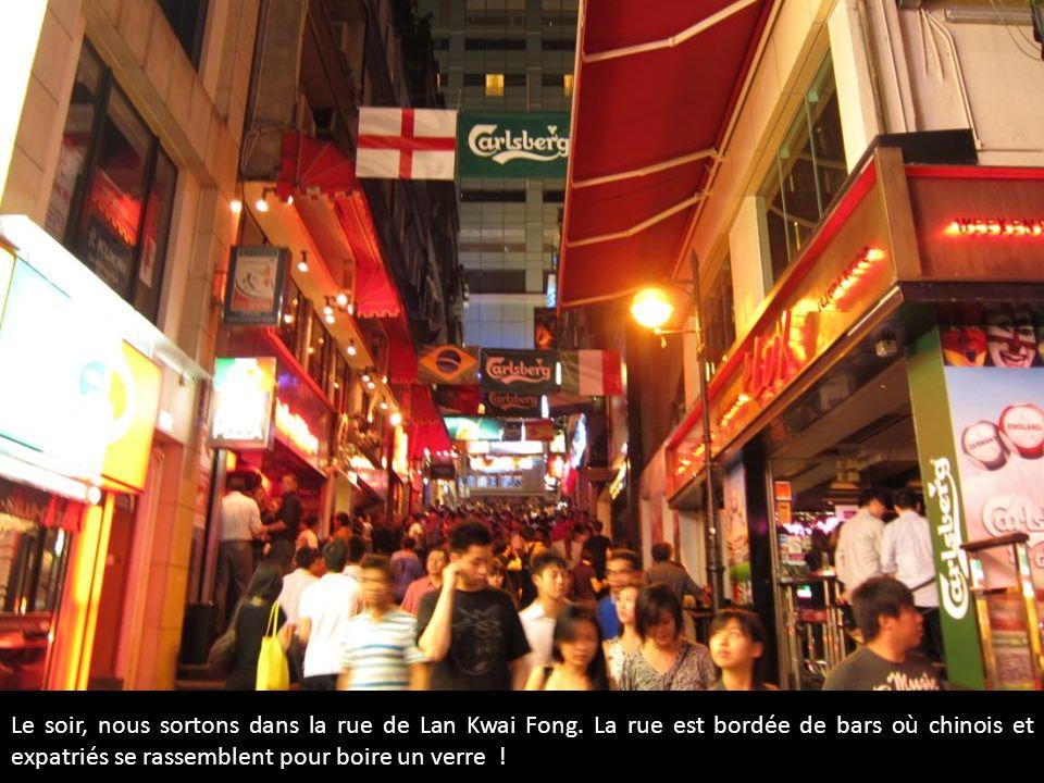 xp Le soir, nous sortons dans la rue de Lan Kwai Fong. La rue est bordée de bars où chinois et expatriés se rassemblent pour boire un verre !