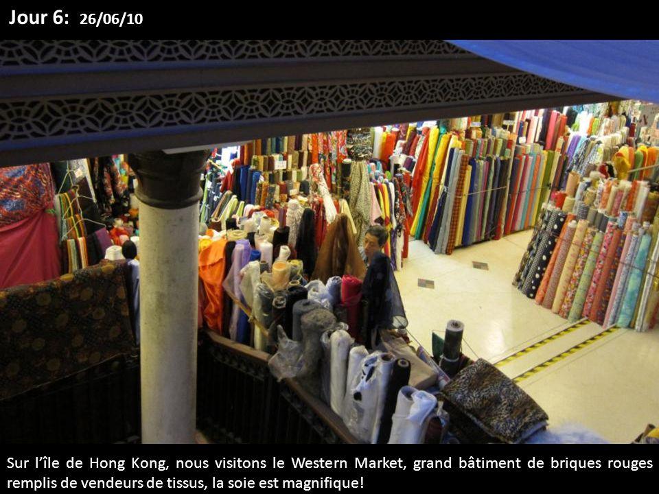 Sur lîle de Hong Kong, nous visitons le Western Market, grand bâtiment de briques rouges remplis de vendeurs de tissus, la soie est magnifique! Jour 6