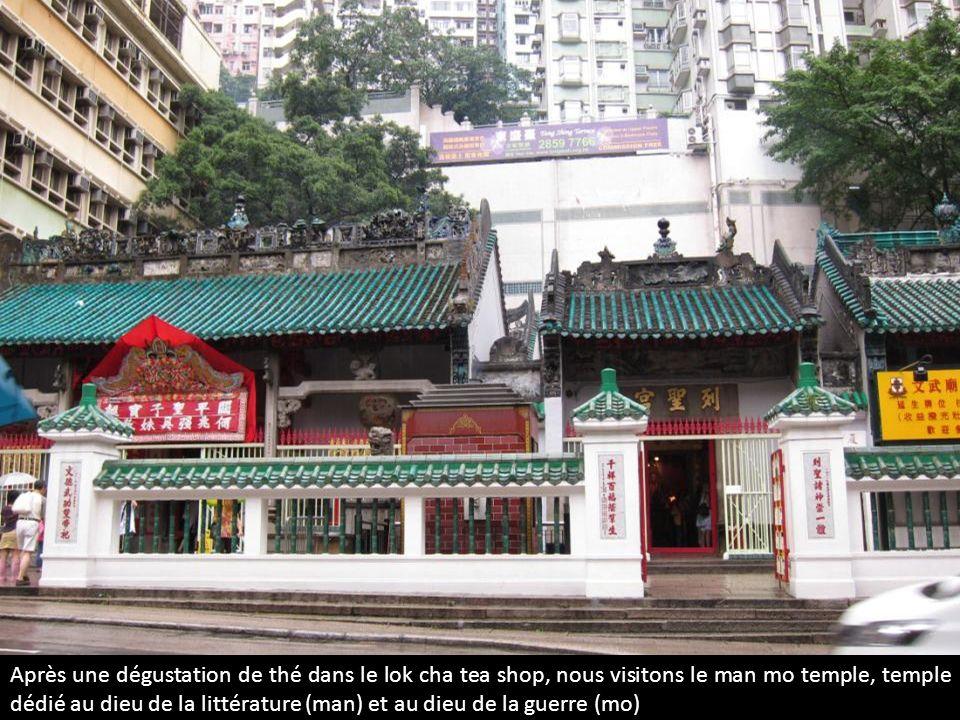 Après une dégustation de thé dans le lok cha tea shop, nous visitons le man mo temple, temple dédié au dieu de la littérature (man) et au dieu de la g