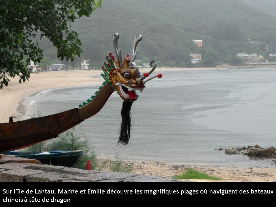 Sur lîle de Lantau, Marine et Emilie découvre les magnifiques plages où naviguent des bateaux chinois à tête de dragon