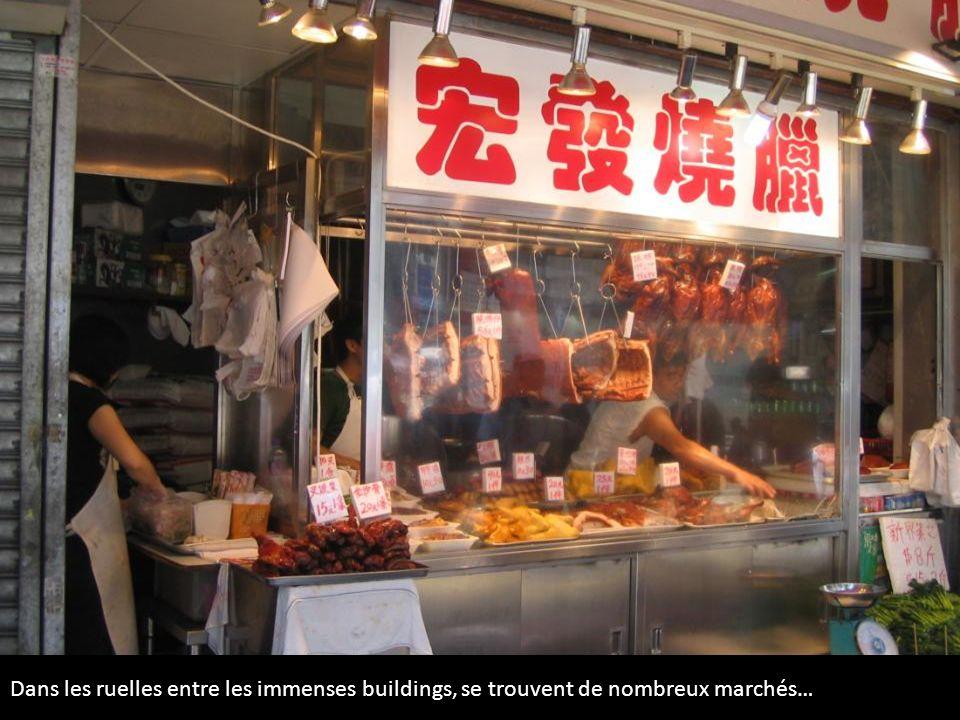 Dans les ruelles entre les immenses buildings, se trouvent de nombreux marchés…