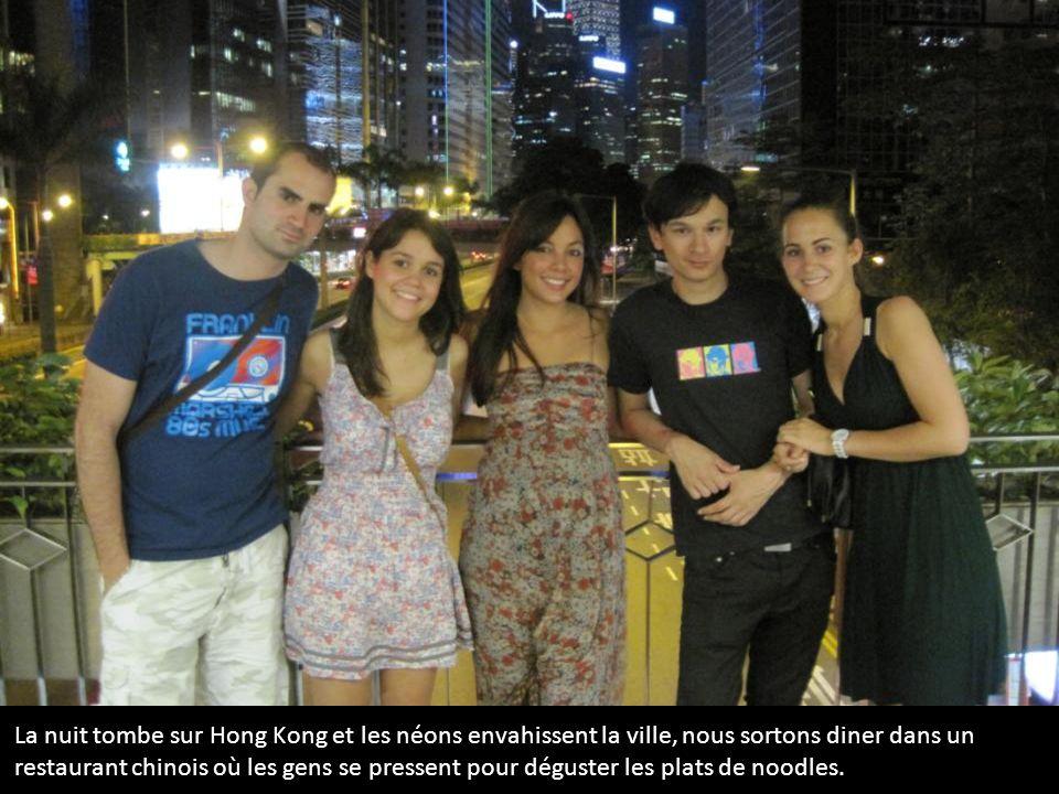 La nuit tombe sur Hong Kong et les néons envahissent la ville, nous sortons diner dans un restaurant chinois où les gens se pressent pour déguster les