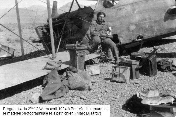 Breguet 14 du 2 ème GAA en avril 1924 à Bou-Aïech, remarquer le matériel photographique et le petit chien (Marc Lusardy)