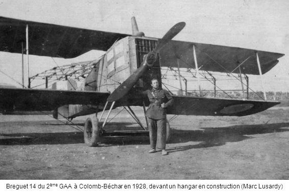 Breguet 14 du 2 ème GAA à Colomb-Béchar en 1928, devant un hangar en construction (Marc Lusardy)